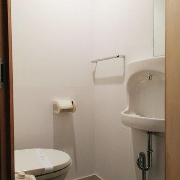 【1階】トイレは玄関横に!