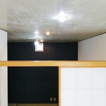 【1階】むき出し天井から裸電球が照らします。