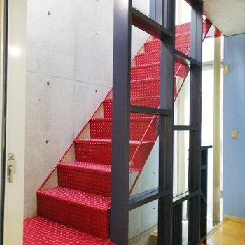 【2階】さて、赤い階段で3階へいきましょう。