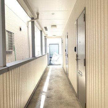 白壁にグレーの扉がちょいレトロ