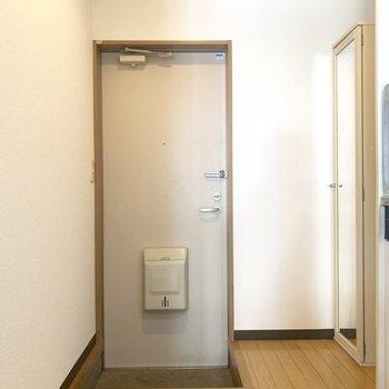 玄関は小さめです