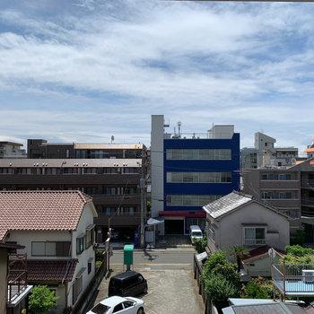 眺望は向かいの建物と駐車場