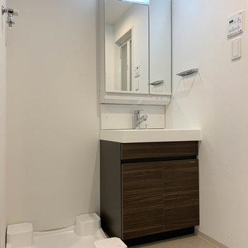 サニタリー右側に洗面台があります。※写真は4階の同間取り別部屋のものです