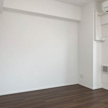 ベランダ側から見て右側。こちらにはデスクやテレビ台など置きましょうか。※写真は4階の反転間取り別部屋のものです