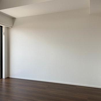 ベランダ側から見て左側。ここにベッドを置こうかなあ。※写真は4階の反転間取り別部屋のものです