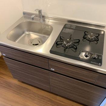 自炊派に嬉しい二口ガスです。まな板のスペースは、スライドシンクなどを活用しましょうか。※写真は4階の反転間取り別部屋のものです