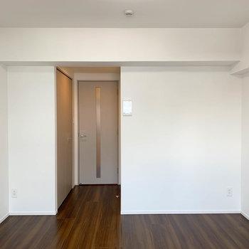 ドア横にクローゼットがついています