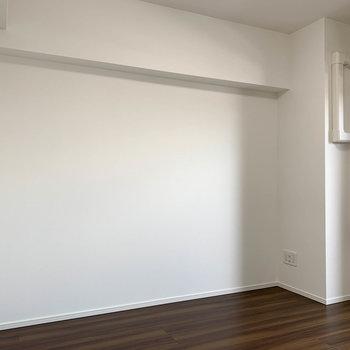ベランダ側から見て右側。こちらにはデスクやテレビ台など置きましょうか※写真は4階の反転間取り別部屋のものです