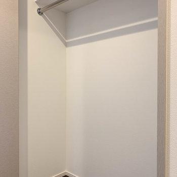 クローゼットはワイドタイプ。しっかり収納できそうです。※写真は4階の反転間取り別部屋のものです