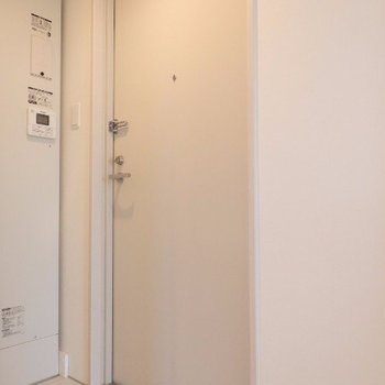 玄関は狭めです…。※写真は前回募集時のものです