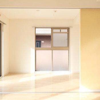 リビングのお隣は明るい洋室!※写真は2階同間取り別部屋のものです