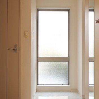 玄関には大きな明かり取りの窓!※写真は2階同間取り別部屋のものです