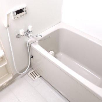 浴室も広めだからゆっくり温まってね※写真は2階同間取り別部屋のものです
