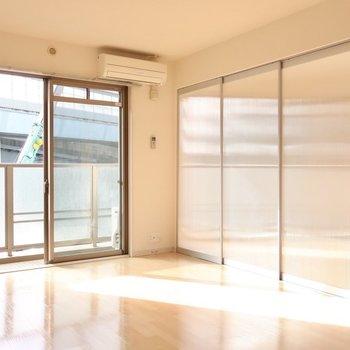 引き戸は半透明なので閉めたってこんなに明るいの◎※写真は2階同間取り別部屋のものです