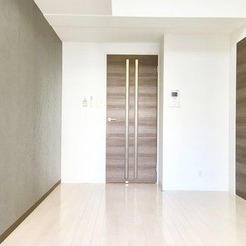 グレーのクロスにブラウンのドアで落ち着いた内装。※写真は6階の反転間取り別部屋のものです