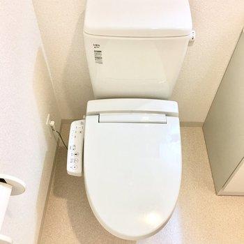 トイレは洗面所と同じ空間に。※写真は6階の反転間取り別部屋のものです