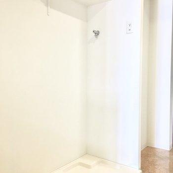洗濯パンは玄関横に。※写真は6階の反転間取り別部屋のものです