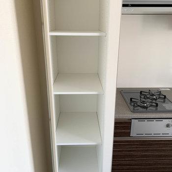 【LDK】左隣にも棚が。日持ちする食材のストック等に使えますね〜※写真は7階の同間取り別部屋のものです