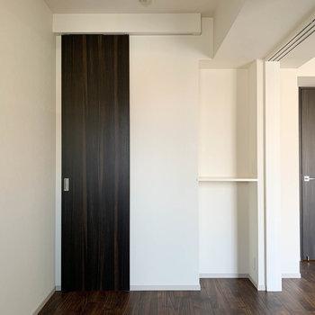 【BR】こちらお隣ベッドルームです。サイズ感はややコンパクト。※写真は7階の同間取り別部屋のものです