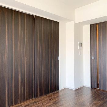 【LDK】閉めると、リビングと寝室ときっちり分けられます。※写真は7階の同間取り別部屋のものです