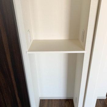 【BR】ちょっとした小棚です。コンセントがついてるので、使い方いろいろ。※写真は7階の同間取り別部屋のものです
