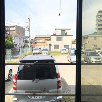 もう一つの窓からは駐車場。