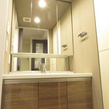 3面鏡の広々洗面台