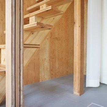 階段下に収納スペースあり。