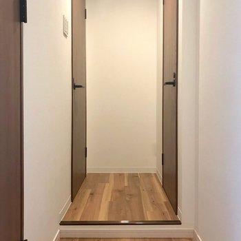 玄関脇に水回りへ続く扉が2つ。