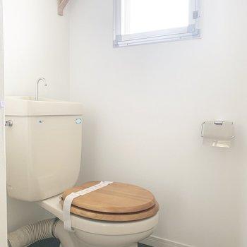 木のトイレ...冷たくなさそう※写真はクリーニング前のものです