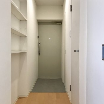 玄関の手前にはオープンの棚が。ココには雑貨を飾って個性を出しましょ◎