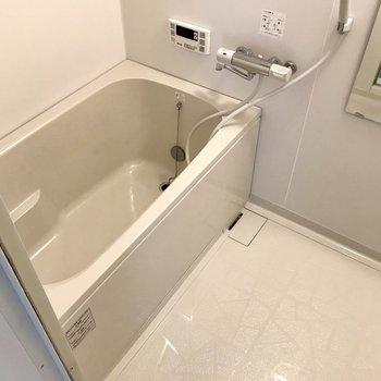その奥はお風呂。追焚付きだから帰る時間がバラバラの2人でもお風呂はいつでも温かいの。