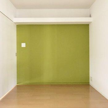 6.7帖の洋室はダブルベッドも置けちゃう広さ。上の棚から何か垂らしたい・・・(照明の熱注意だけどネ)