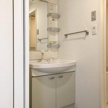 1番奥は脱衣所。どっしりとした洗面台で顔も洗いやすそう◎