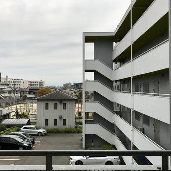 眺めは同じマンションの共用廊下。そこまで気にならないけどレースのカーテンくらいはあるといいかな。