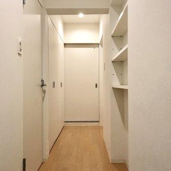 廊下は白の空間。まずは奥の扉から!
