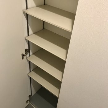 シューズBOXも可動式だから収納しやすいですね。たくさん入ります!
