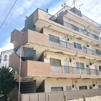 4階建ての鉄筋マンションです。