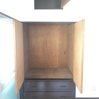 【洋室】上の収納スペースが案外広いんですよ。