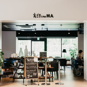 1階にはカフェも併設。