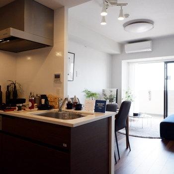 対面キッチンで料理中も近い距離感に。※家具はサンプルです