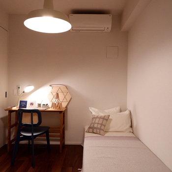 扉を閉めると落ち着いた作業に集中できる空間に。※家具はサンプルです