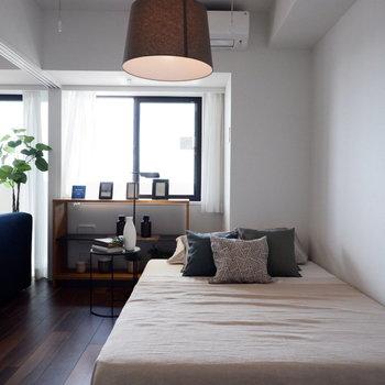 目覚めは日の光を浴びてという方はこちらを寝室に。※家具はサンプルです