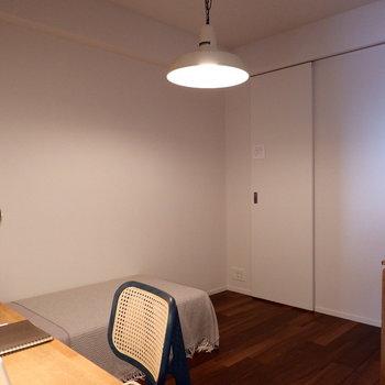もう1部屋の洋室はお部屋の中央に。※家具はサンプルです