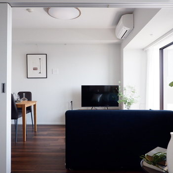テレビの配置工夫次第では洋室からも見られますね。※家具はサンプルです