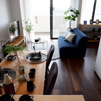 キッチンからの眺めも良いです。※家具はサンプルです