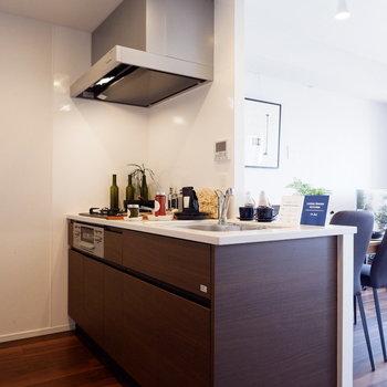 キッチンはブラウンでシックに。※家具はサンプルです