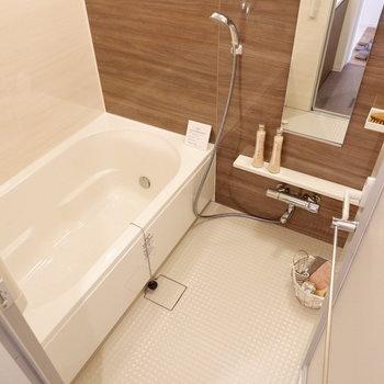 浴室は段差がなく、ゆったりとしたサイズ感。※家具はサンプルです