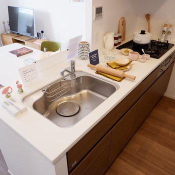 人工大理石の使用したキッチン。※家具はサンプルです