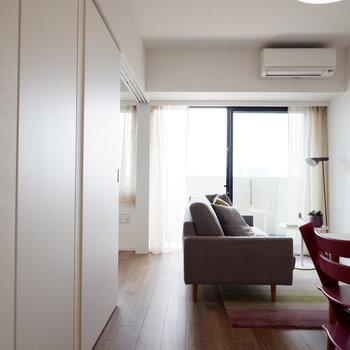 南向きのお部屋で、光がキッチンの方まで届きます。※家具はサンプルです